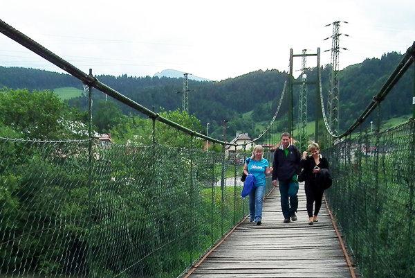 Lavicu cez rieku Oravu denne využíva veľa ľudí.