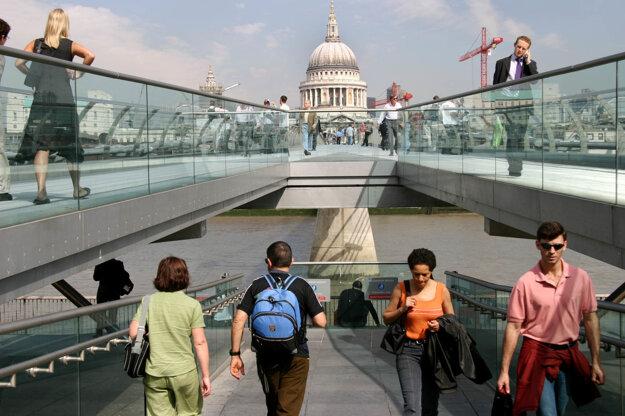 Pravý a ľavý breh prepája most Millenium Bridge, v pozadí katedrála Svätého Pavla.