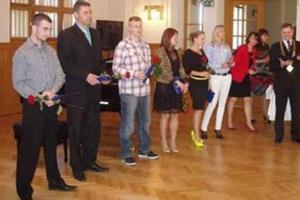 Druhý zľava Juraj Bogár Prevzal ocenenie za hádzanársky klub HC Štart Nové Zámky.