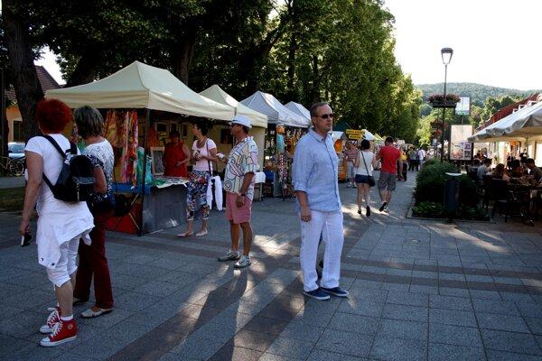 Návštevníci Bojnického letného slnovratu pri stánkoch.