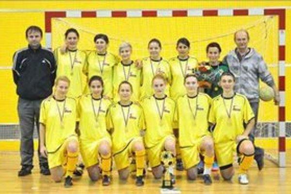 Ambiciózne družstvo futbalistiek FC UNION Nové Zámky. Stojaci prvý sprava predseda klubu Peter Bábin.