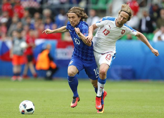 Luka Modrič (vľavo) v súboji o loptu s Čechom Jaroslavom Plašilom.