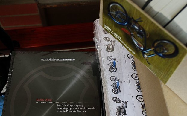 S motocyklami putovali aj propagačné materiály. Nesmela chýbať vynikajúca publikácia od pána Ulického.