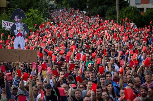 Ľudia ukázali Kaliňákovi červenú kartu.