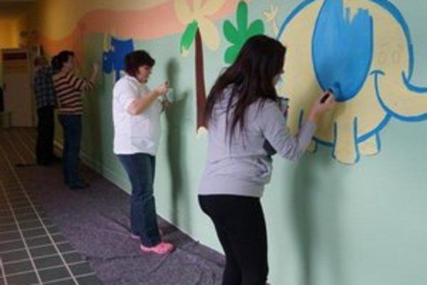 Zvieratká na chodbe maľovali dobrovoľníci