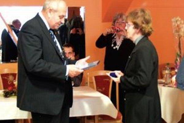 J. Čačko oceňuje dlhoročnú dobrovoľnú službu J. Diósiovej.