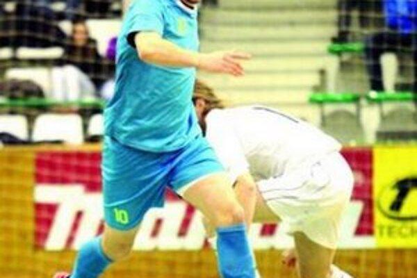 Ján Krivočenko (pri lopte) patril v derby medzi najlepších hráčov MFK T.
