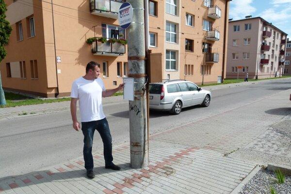 Roman Maťko pri novo osadenej zastávke.