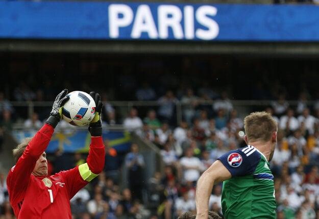 Manuel Neuer chytá loptu vo výskoku v zápase proti Severnému Írsku.
