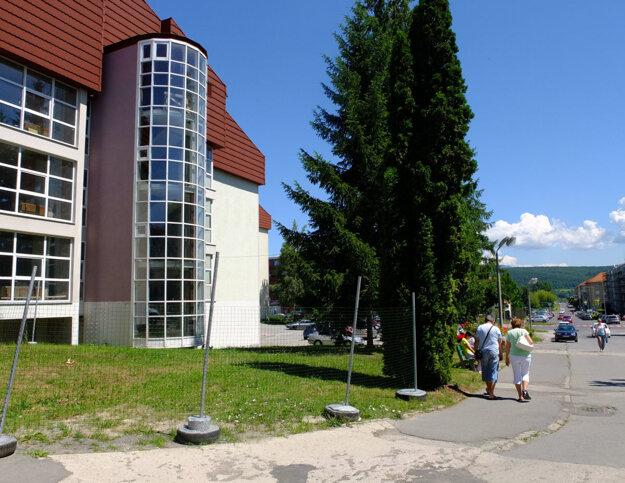 Pavilón B žiarskej nemocnice. Začali ho stavať v roku 1991, dodnes neslúži svojmu účelu a chátra.