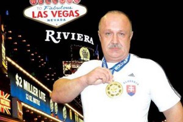 Silák Ján Orosz zo Zemného sa stal začiatkom novembra v americkom Las Vegas Majstrom sveta v tlaku na lavičke v najvýznamnejšej svetovej organizácie silového trojboja WPC,