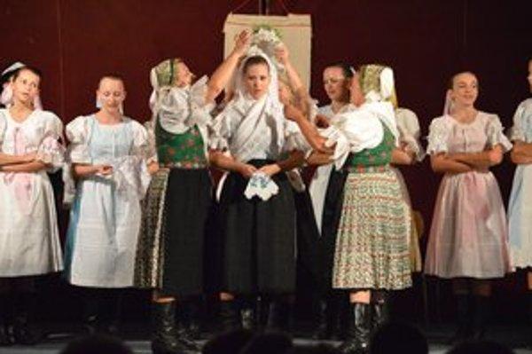 Obecenstvu sa folklórny večer nesmierne páčil.