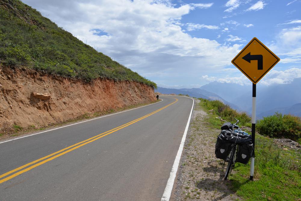 Kvalitná cesta v peruánskych horách.