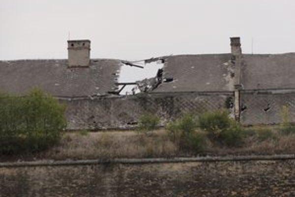 Strecha Kasárenskej budovy je v dezolátnom stave.