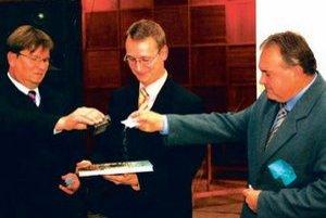 """Zľava I. Bartovič, M. Eliáš a L. Marenčák uvádzajú knihu """"do sveta"""". Výtlačok spolu s maličkým balením šurianskeho cukru poslali až do berlínskeho Múzea cukru."""