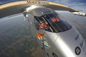 Bertrand Piccard si robí selfie počas letu.