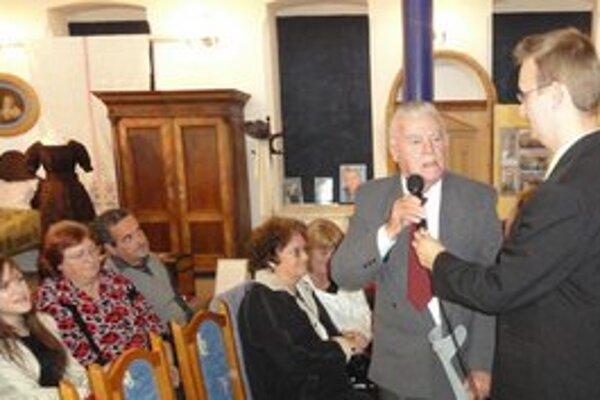 Správca mestského múzea Miroslav Eliáš (vpravo) s jubilujúcim výtvarníkom Františkom Filagom.