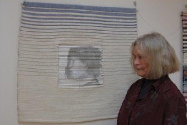 Autorka s tkaným autoportrétom.