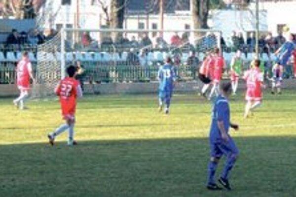 Novozámčania (v modrom) už dva zápasy neskórovali.