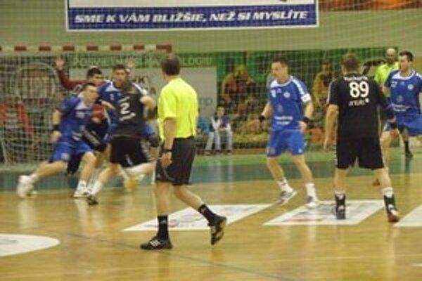 Bratislavčania ( v čiernom) nenašli recept na Štart ani v treťom zápase.