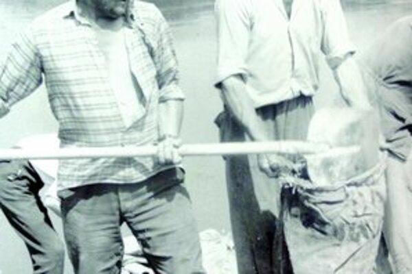 Chlapi z Marcelovej pomáhali pri plnení vriec.