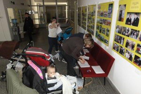 Mamičky podpisovali petíciu aj priamo na mestskom úrade pred marcovým rokovaním mestského zastupiteľstva.