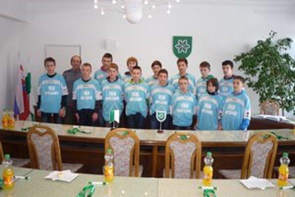 Mladí futbalisti na mestskom úrade.