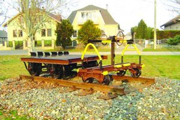 V parku je železničiarske minimúzeum. V nedávnej minulosti každý šiesty obyvateľ obce pracoval na železnici.