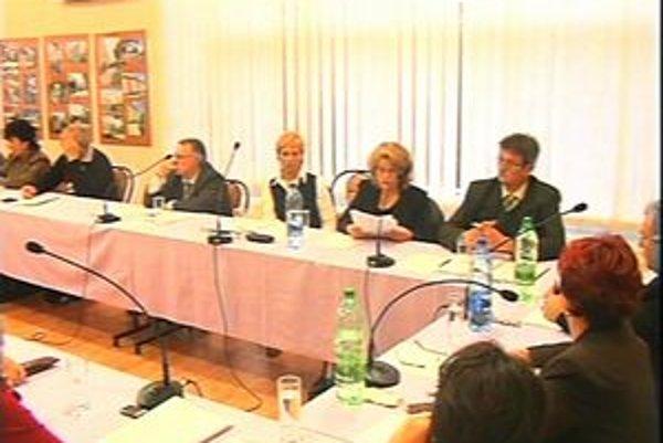 Basternákova vdova Ildikó na rokovaní zastupiteľstva.