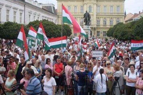 Protest proti zákonu o dvojakom občianstve na komárňanskom námestí.