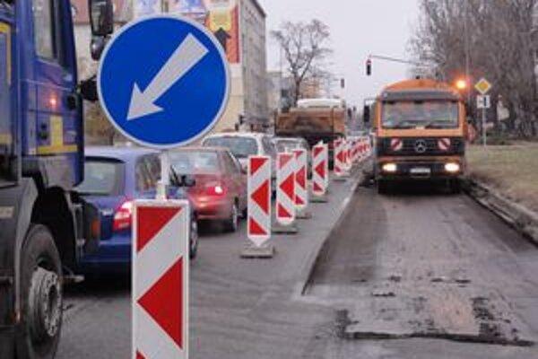 Prvým opravovaným úsekom od Komárna je križovatka na Kapisztóryho ulici pri úrade práce.