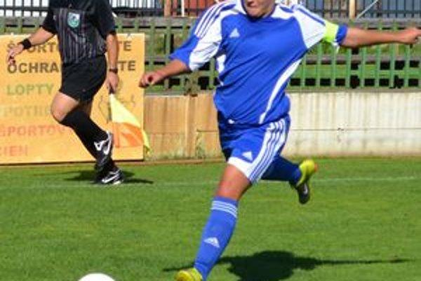 Autorka úvodného gólu zápasu Karina Andrušková. V pozadí ambiciózny rozhodca B. Ferenczi.