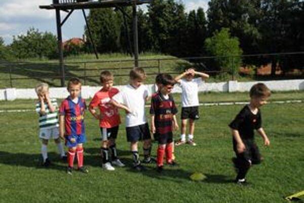 Malí futbalisti na tréningu.