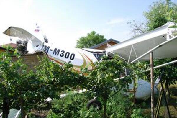 Havarované lietadlo skončilo v záhrade.