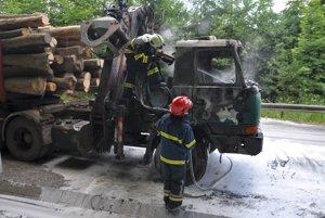 Zhorená Tatra s drevom.