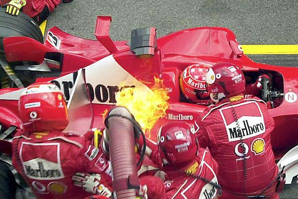Plamene na monoposte Michaela Schumachera v roku 2003.