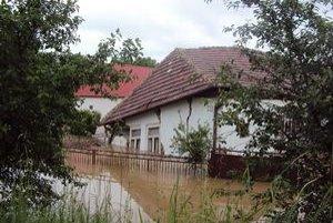 Dom v obci Hul neodolal prívalu vody. Nebol jediný.