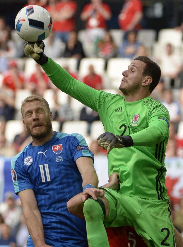 Adam Nemec bojuje o loptu vo vzdušnom súboji s brankárom Walesu Dannym Wardom.