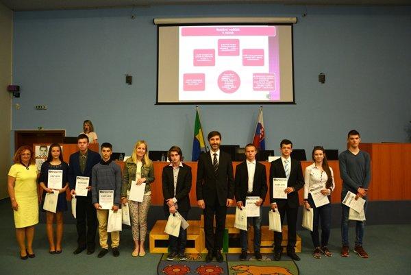 Ocenenia si študenti prevzali z rúk žilinského župana.