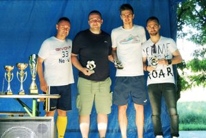 Zľava organizátor Henrich Richter a traja ocenení hráč: Dávid Mikle, Pavol Farkaš a Patrik Adámek.