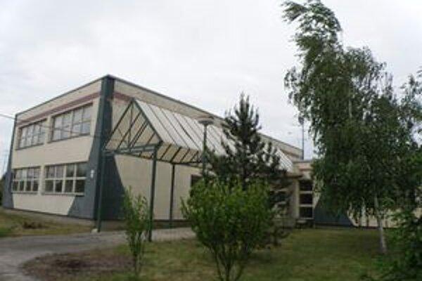 Budova  na Ulici pod kopcom, kam sa má podľa novej zmluvy domov presťahovať. Upraviť ju a presídliť klientov majú do septembra.