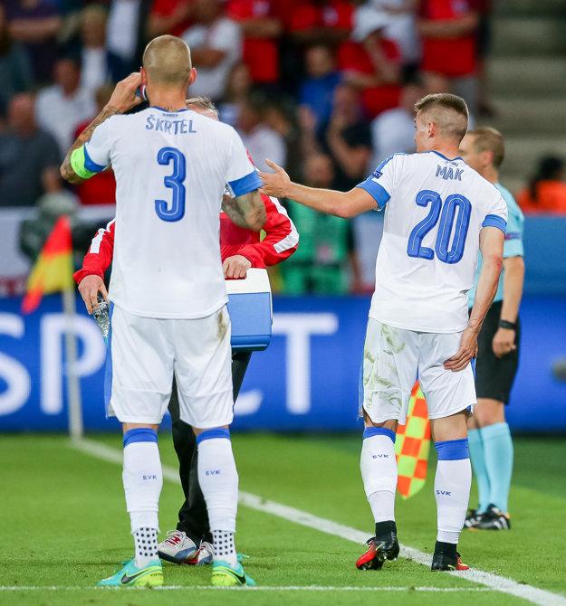 Róbert Mak (s číslom 20) si v zápase proti Anglicku poranil stehenný sval.