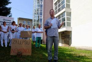 Nemocnica zvláda nápor pacientov len s problémami,tvrdí lekár Richard Rišňovský.