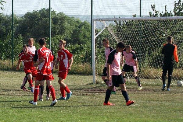 V rozhodujúcom zápase (Janíkovce - N. Hrnčiarovce 1:0) strelil jediný gól Ivan Smatana - na snímke celkom vľavo.