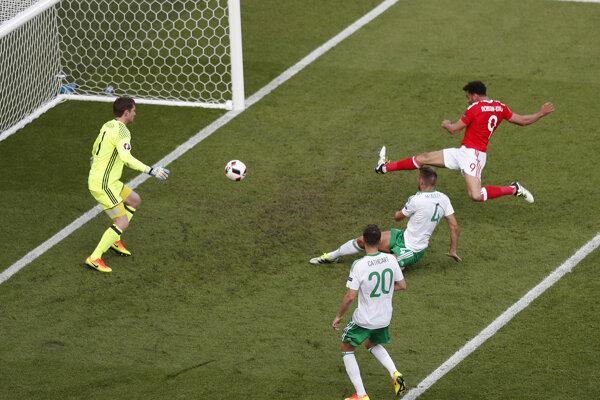 Gareth Mcauley (v strede) strieľa vlastný gól.