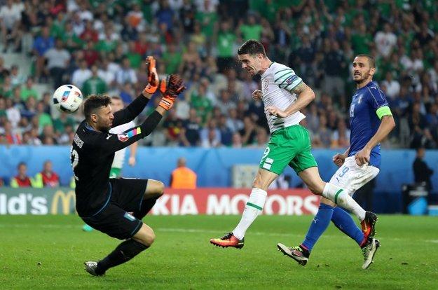 Robbie Brady (v strede) svojím gólom proti Taliansku rozhodol o postupe Írska do osemfinále.
