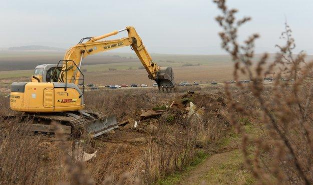 Podľa odhadov je na mieste 1 500 ton odpadu, môže ho byť aj viac.