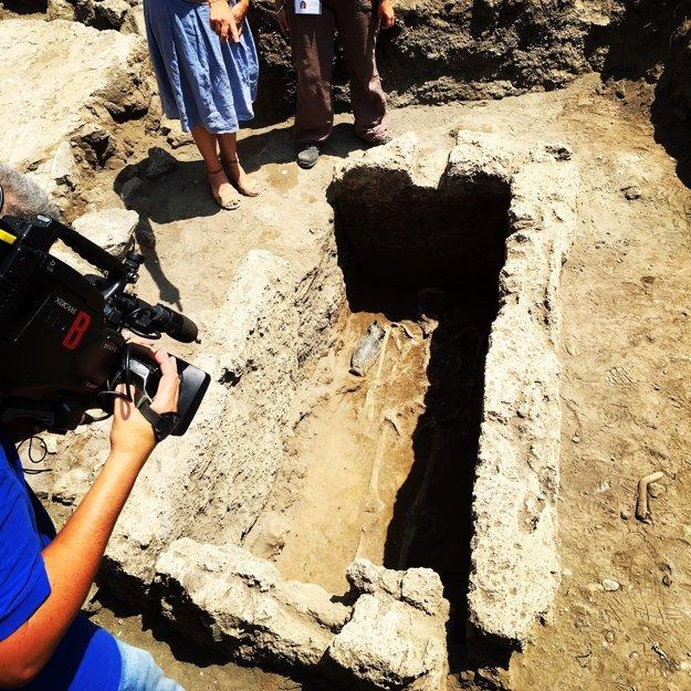 Archeológovia objavili tiež hrobku zo 4. storočia pred naším letopočtom s kostrou muža. Pri rukách a nohách mal šesť čiernych pohrebných váz.
