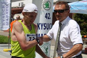 Milan Pollák gratuluje víťazovi 42. ročníka Kysuckého maratónu Viktorovi Starodubtsevovi.