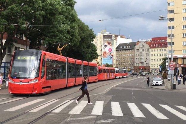 Protest zastavil električkovú dopravu zo smeru z Kamenného námestia.